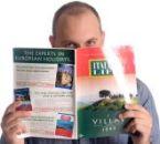 Mann hinter einer Zeitschrift